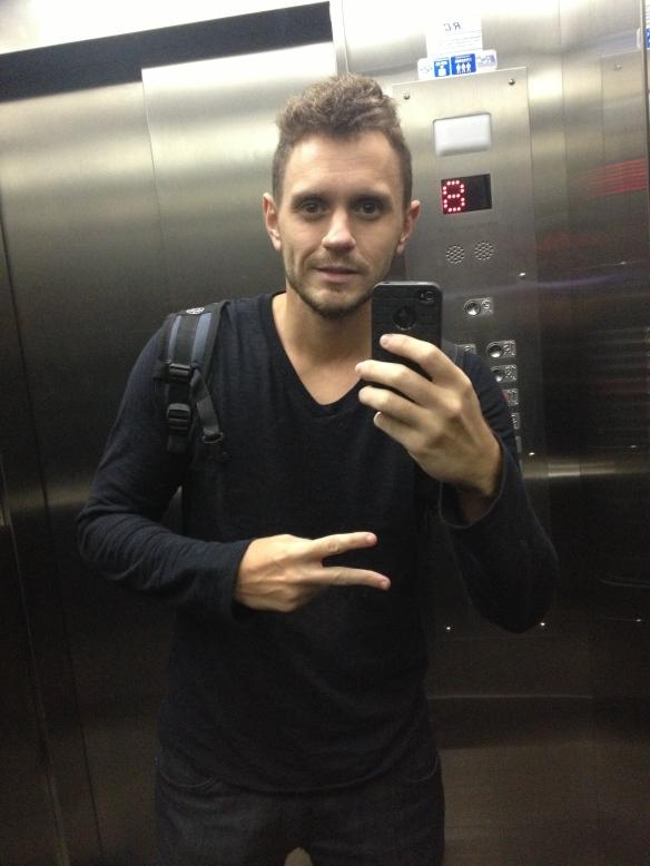 Ok, é cafona tirar foto no espelho do elevador e tal... Mas tudo bem, vai...